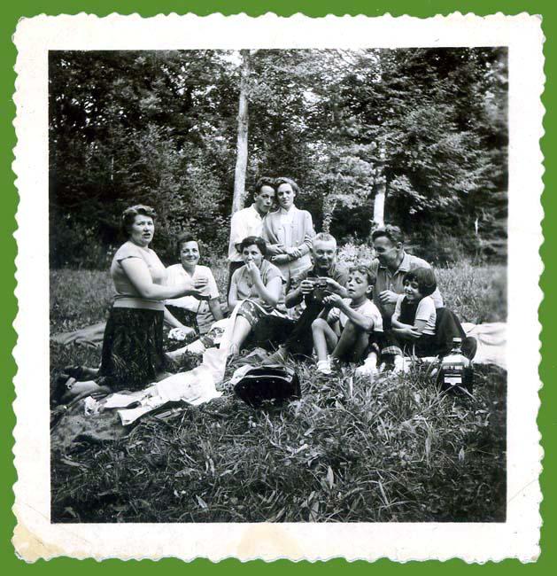 1famille_picnic_bois_est1953