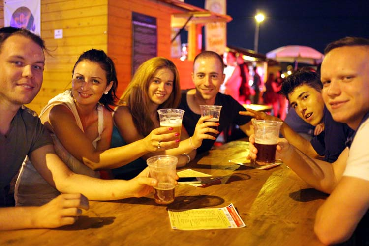 1budapest_fozdefeszt_beer_festival_table_youths