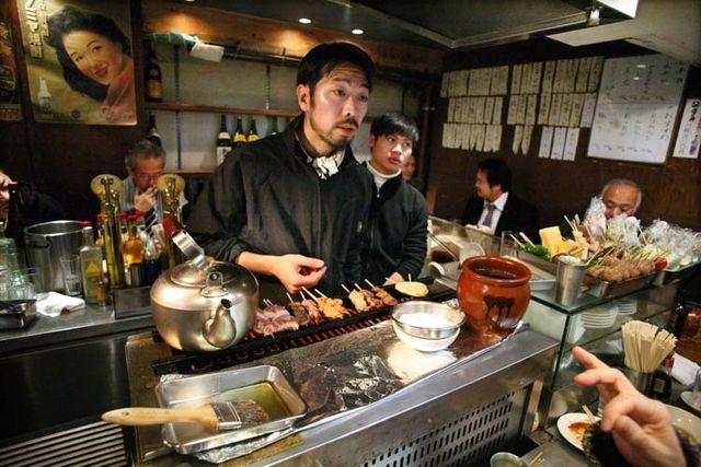 1shimokitazawa_tachinomi_yakitoris_on_stove