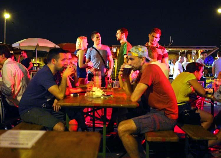 1budapest_fozdefeszt_beer_people_standing_sitting