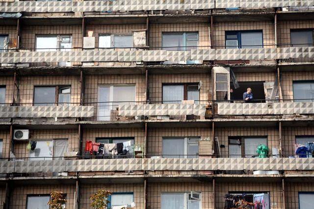 1donetsk_man_balcony_appt_complex