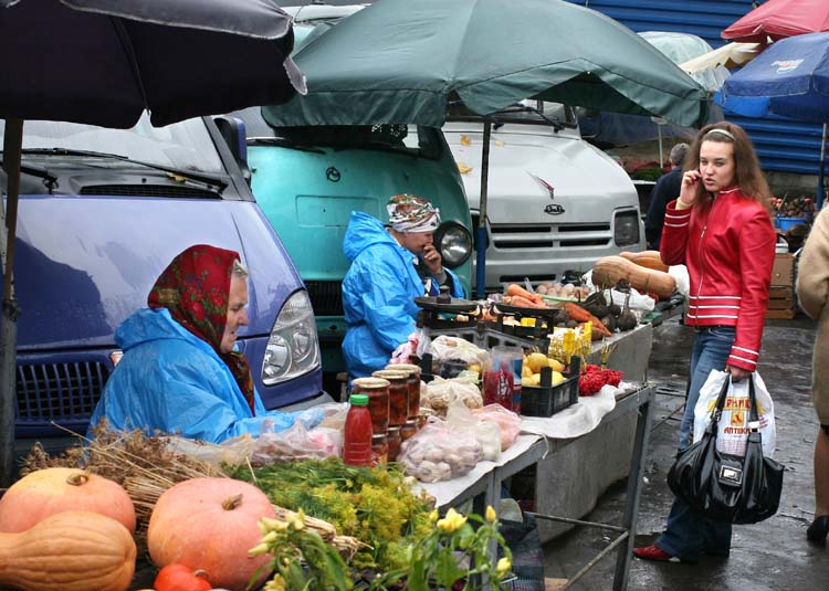 1donetsk_market_red_woman