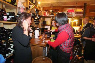 1la_quincave_paris_girls_pouring_wine
