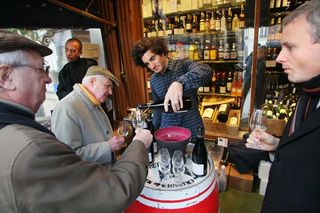 1wine_news_guillaume_selosse_pouring_caves_auge
