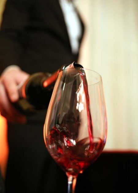 1languedoc_event_sommelier_pouring