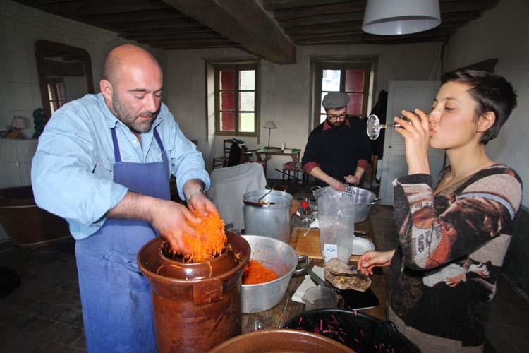 1lacto-fermentation_filling_the_gaertopf_fermenter