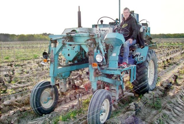 1puzelat_vineyard_work_tractor2