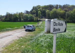 1clos_roche_blanche_sign_sunny_dirt_road
