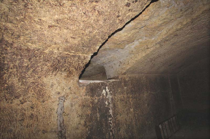 1bruno_allion_cellar3_fermenter_opening