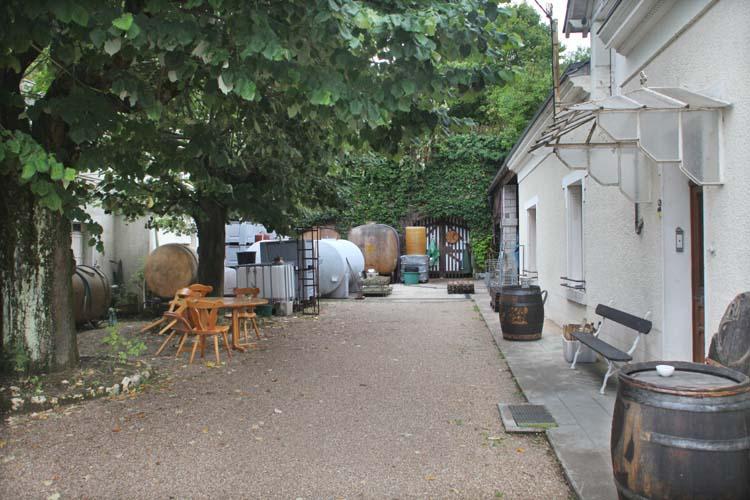 1capriades_faverolles_courtyard