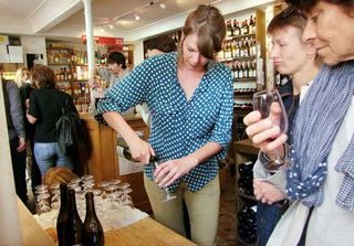 1cave_papilles_party_pouring_wines