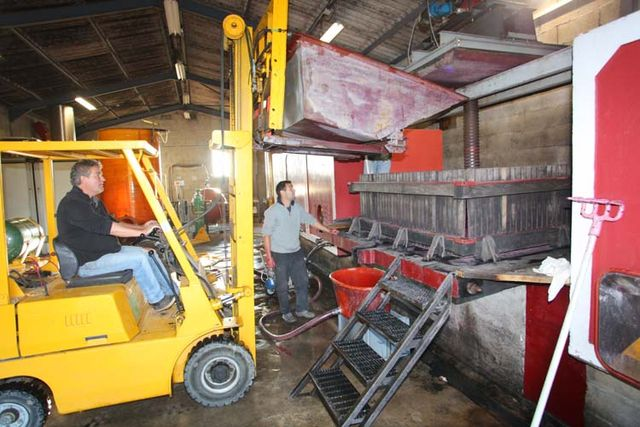 1yvon_metras_pressing_gondola_being_emptied