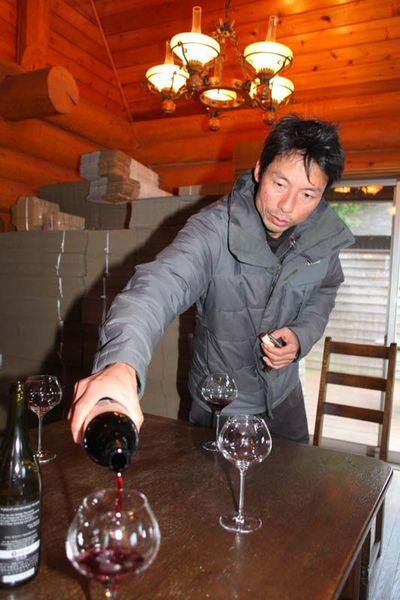 1beau_paysage_pouring_his_merlot2012