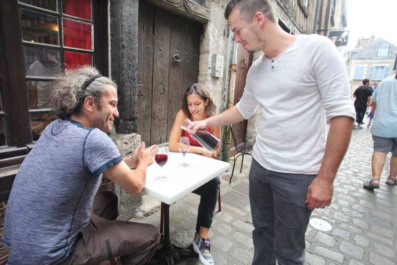 1blois_wine_bar_jeremy_pouring_customers