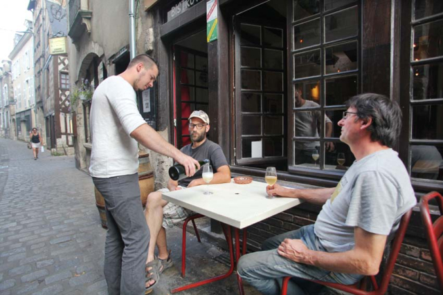 1blois_wine_bar400coups_pouring_outside