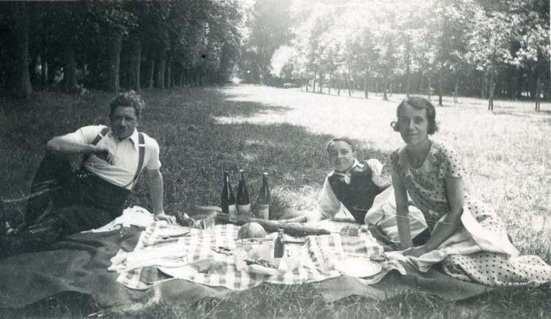 1wine_scene_picnic_park_estimate1930