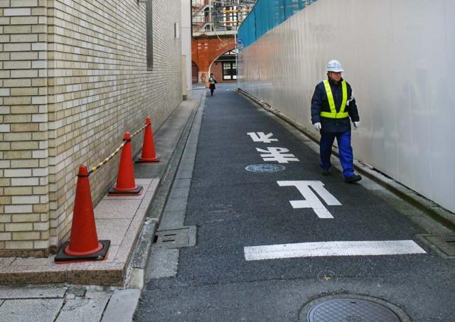1tokyo_kanda_narrow_street