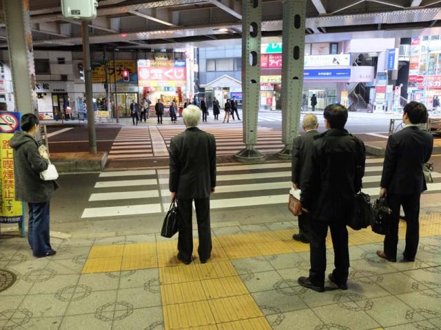 1tokyo_kanda_waiting_crossing