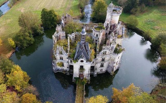1abandoned_castle_in_france