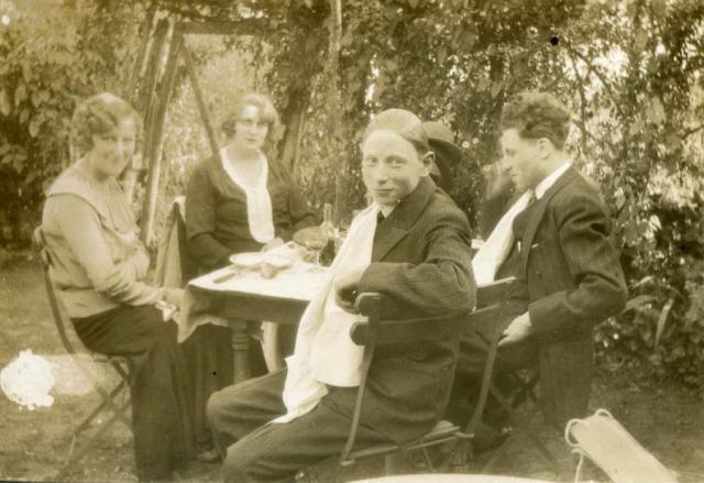 1wine_scenes_lunch_garden1922