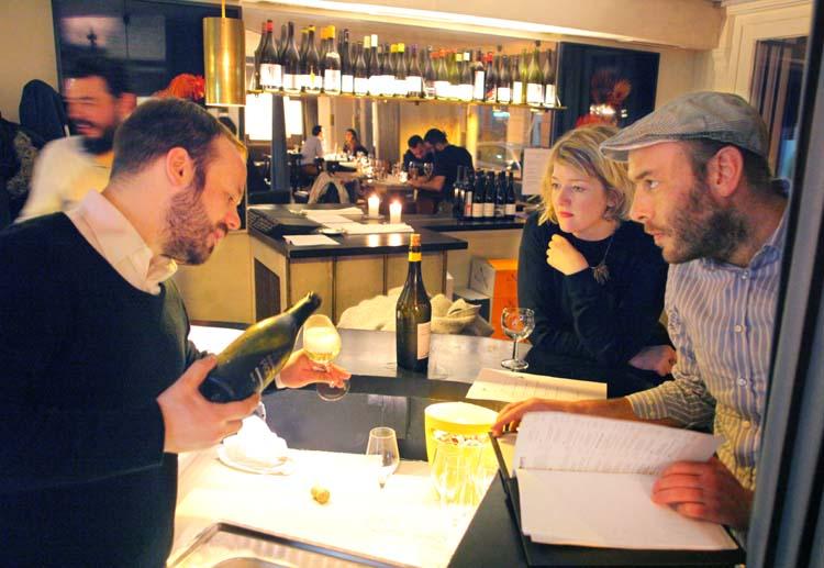 1berlin_wine_bar_maxim_sommelier_yann-hugel_pouring