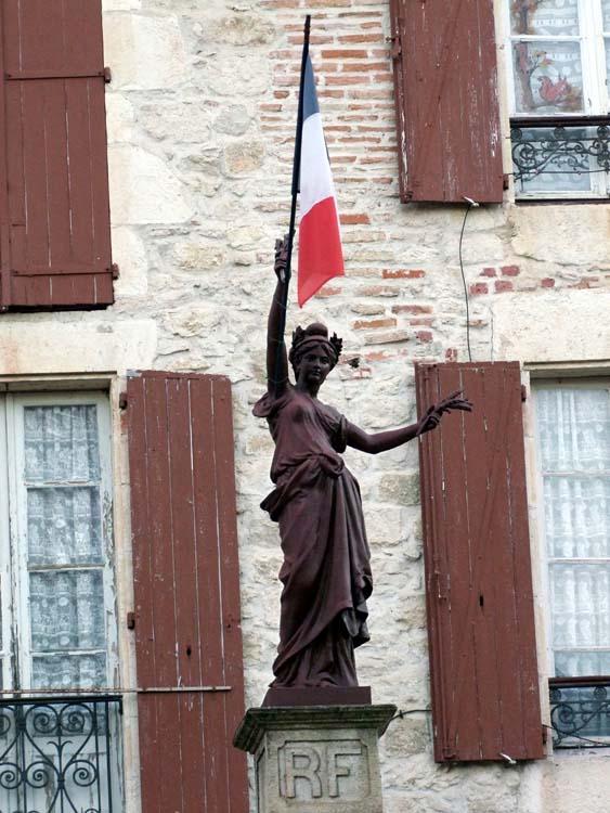 1montcuq_la-republique_statue