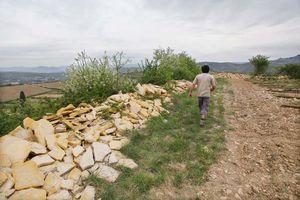 1deux_terres_ardeche_limestone_plates_along