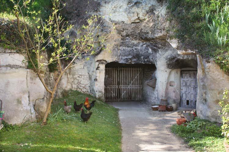 1clos-roche-blanche_hens_cellar_door