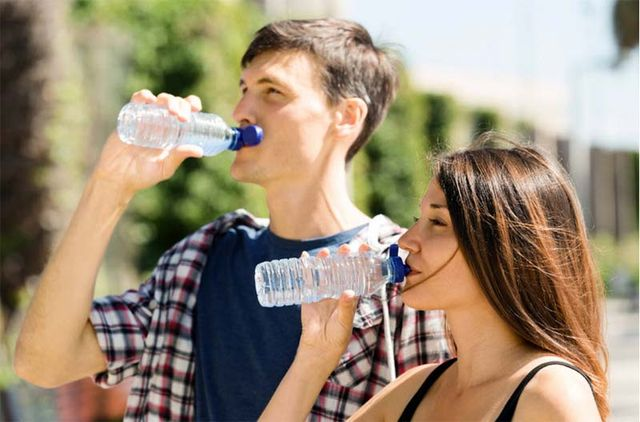 1drinking_bottled_water_couple