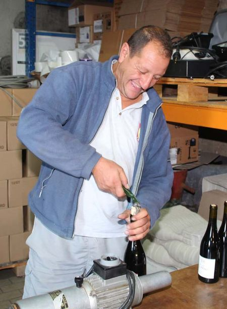 1karim_vionnet_opening_a_bottle
