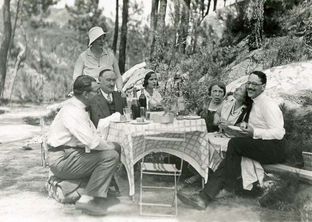 1wine_scenes_summer_lunch_outside1931
