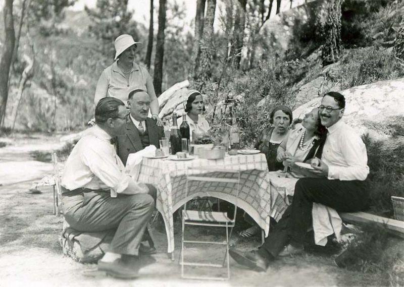 1wine_scenes_summer_lunch_outside1931