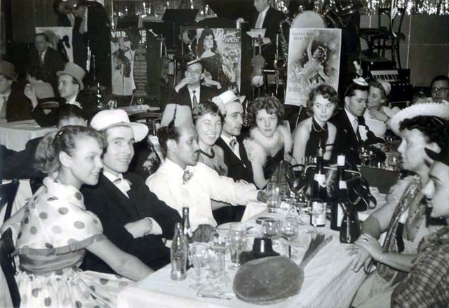 1wine_scenes_party_in_restaurant1956