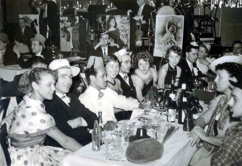 1wine_scenes_party_in_restaurant1956