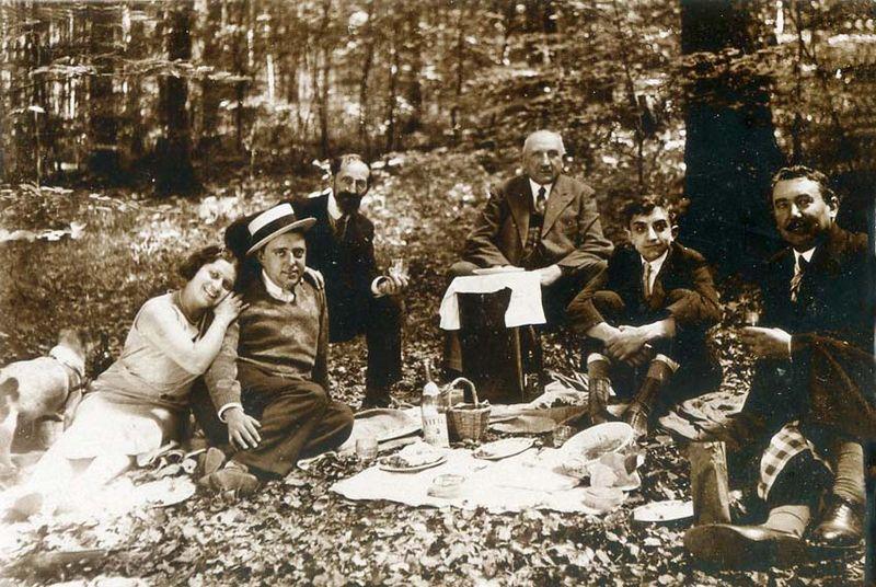 1wine_scenes_picnic_with_vittel_est1920