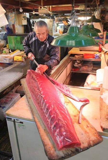 1tsukiji_tokyo_tuna_slicing