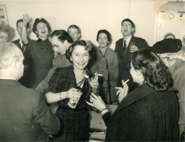 1wine_scene_aperitif_est1944