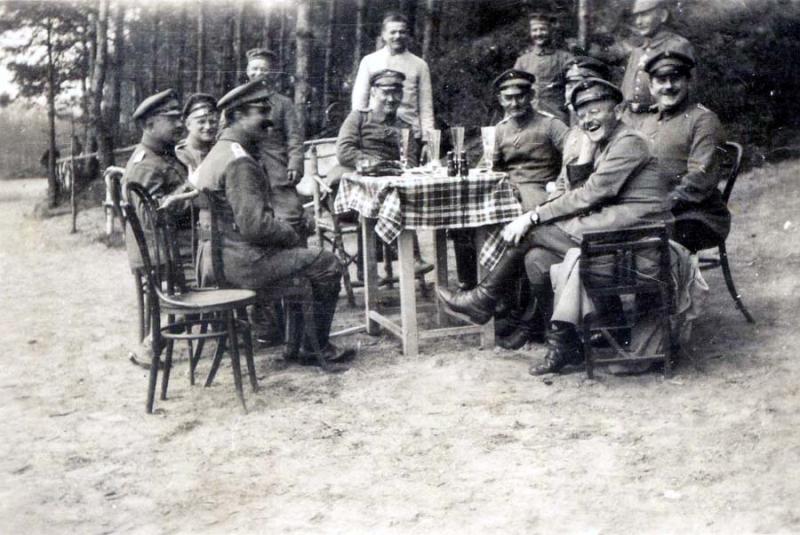 1wine_scene_military1920