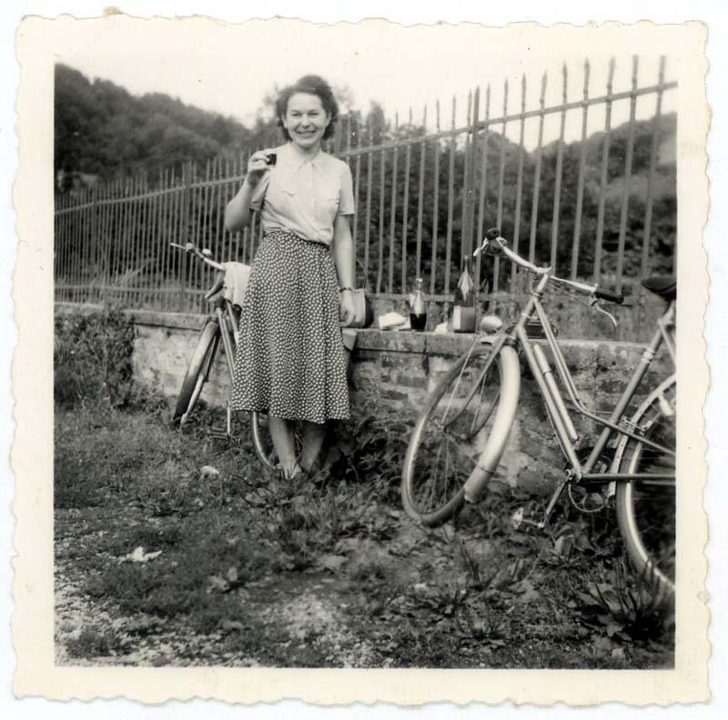1wine_scenepicnic_woman-est1940