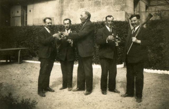 1wine_scenes_hunters_toasting1927