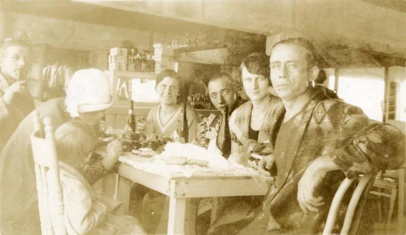 1wine_scenes_couples_table1922