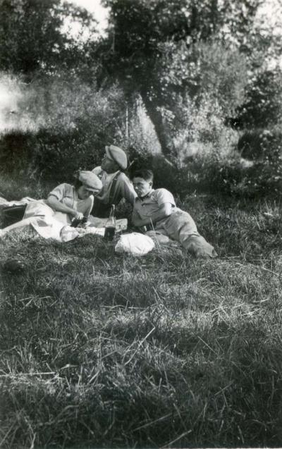 1wine_scenes_picnic1933