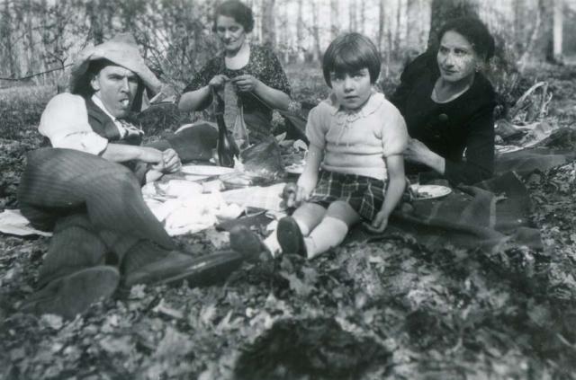 1wine_scenes_picnic_woods1939