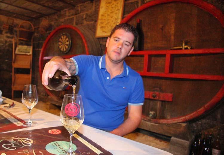 1remi_dufaitre_pouring_beaujolais_white