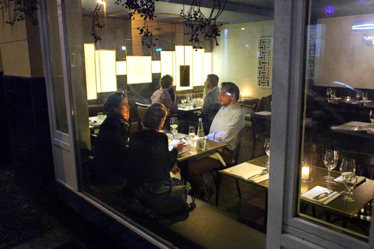 1berlin_wine_bar_maxim_from_street_window