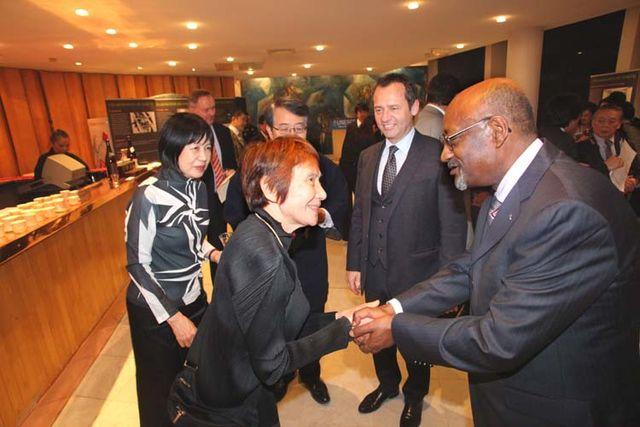 1sake_unesco_junko_kiritani_greeting_diplomats