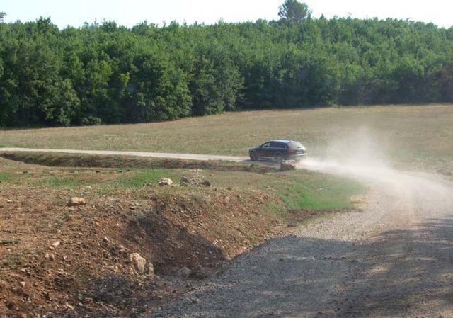 1bergerie_daquino_dirt_road_in_property