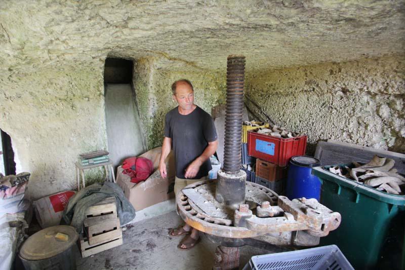 1bruno_allion_cellar_press_tank_opening