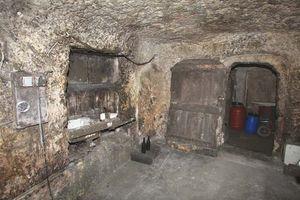 1bruno_allion_cellar2_sink_door