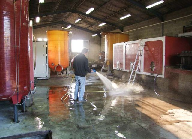 1yvon_metras_pressing_hosing_chai_ground
